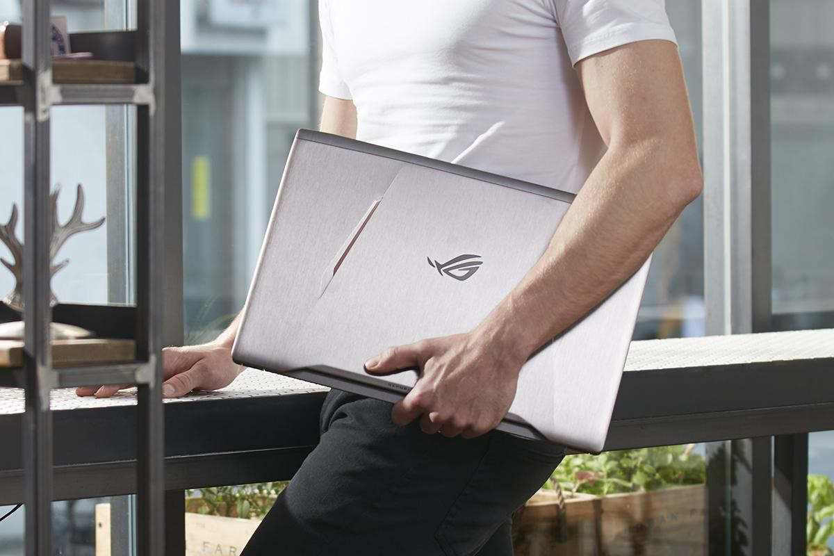 Asus GL502VM in Hand